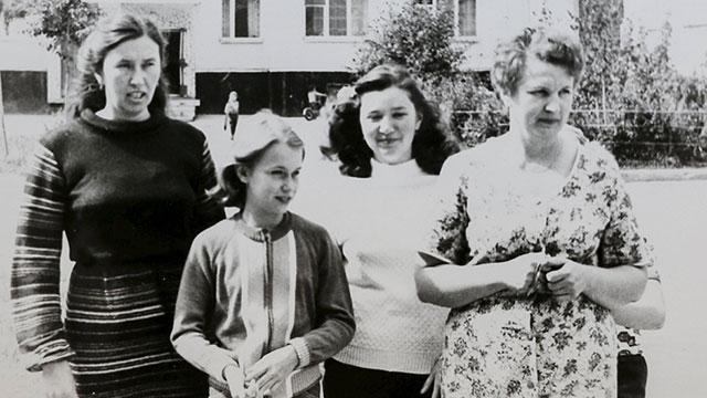 קופריאנובה ומשפחתה ברחובות פריפיאט, 1986 (צילום: רויטרס) (צילום: רויטרס)