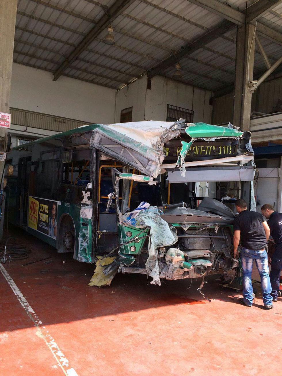 """האוטובוס שבו נהרגה אלבז ז""""ל, לאחר התאונה"""