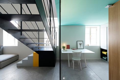 קיר זכוכית מפריד בין פינת העבודה והשירותים לגרם המדרגות (צילום : גדעון לוין)
