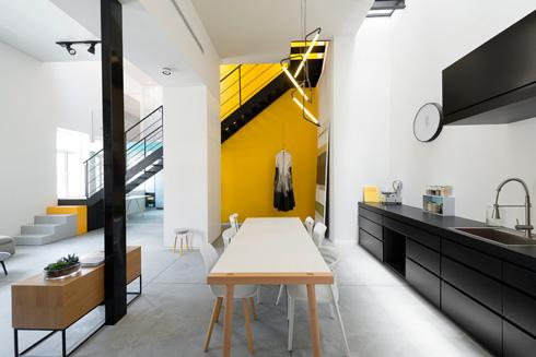 דלת הכניסה נפתחת אל המטבח, שמואר מלמעלה (צילום : גדעון לוין)