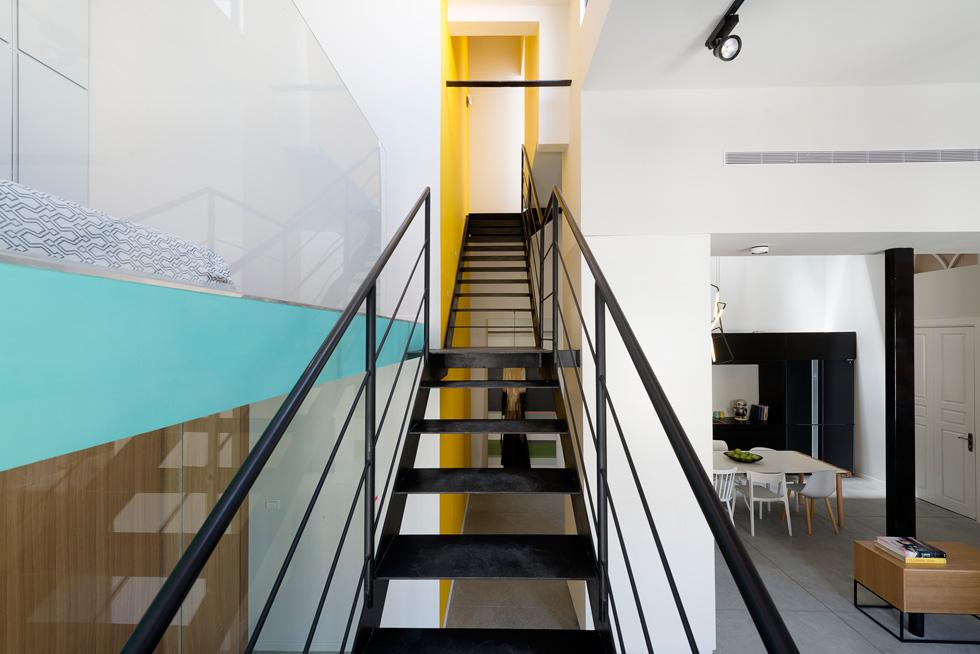 גרם מדרגות מברזל מוביל אל הגלריה (משמאל) ולמעלה יותר, אל חדר השינה הראשי (צילום : גדעון לוין)