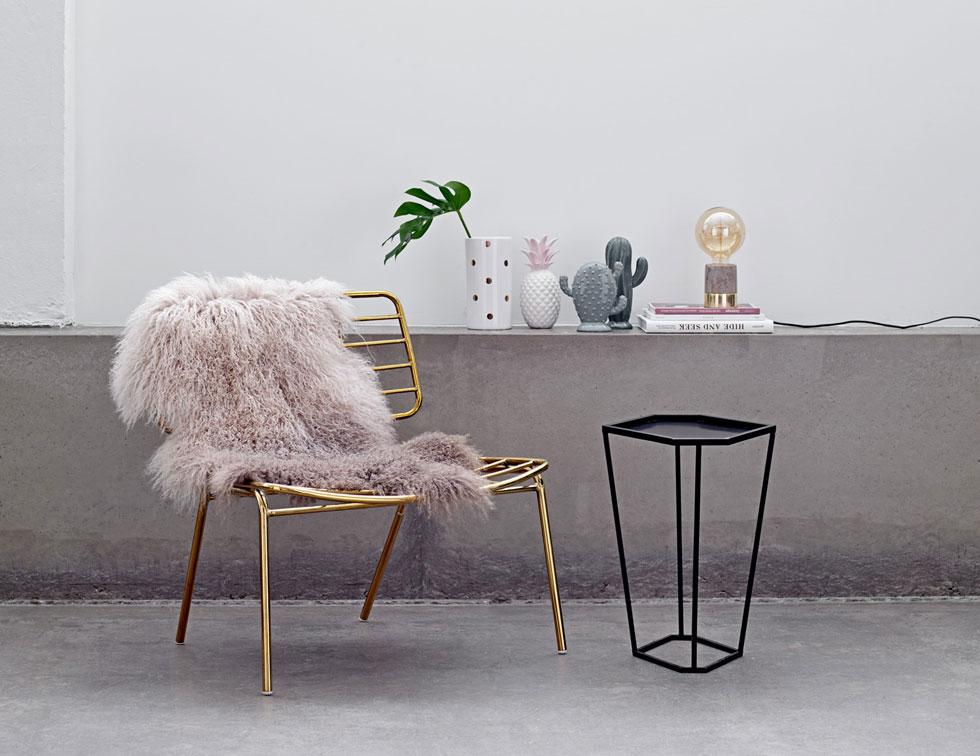 אוסף טרנדים בתמונה אחת - זהב, בטון, שחור-לבן, צורות וצמחייה טרופיות. הכיסא של ''בלומינגוויל'' (ביבוא ''סוהו'') הוא כיסא פשוט בקווים מודרניים, דקים, שמקבל את ייחודו דווקא מתוספת הזהב