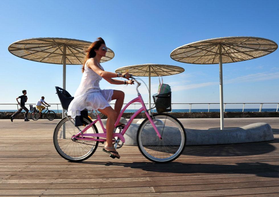 לא חייבים לרוץ - גם רכיבה נינוחה על אופניים תעזור לרדת במשקל (צילום: ChameleonsEye / Shutterstock)