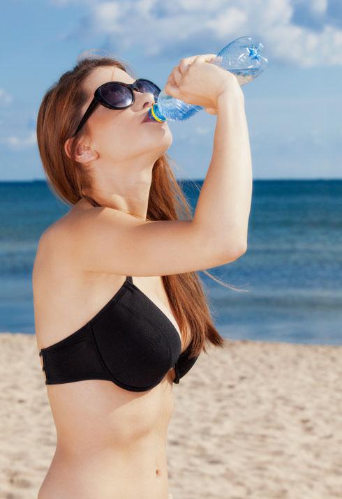 אם תשתו הרבה מים, תהיו פחות רעבים (צילום: Shutterstock)