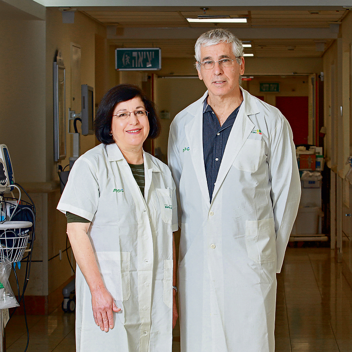"""מנהל מחלקת ההשתלות בבלינסון פרופ' איתן מור והנפרולוגית ד""""ר רות רחמימוב. """"40 אחוז מתרומות הכליות בארץ הן אלטרואיסטיות. אין לזה אח ורע בעולם"""""""