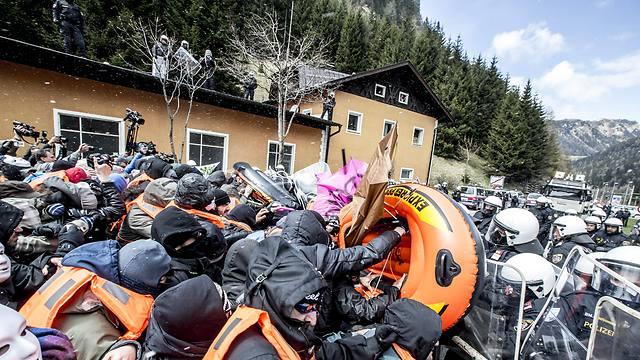 מהגרים מול שוטרים בגבול איטליה-אוסטריה. קורץ רוצה לשלוח כוחות לאפריקה (צילום: EPA) (צילום: EPA)