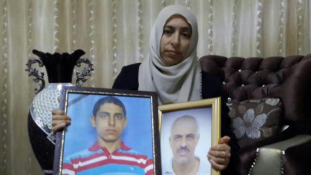 """""""רה""""מ הבטיח לי שהרוצח ייתפס"""". אגבאריה היקל עם תמונות בעלה ואחד מילדיה שנרצחו ()"""