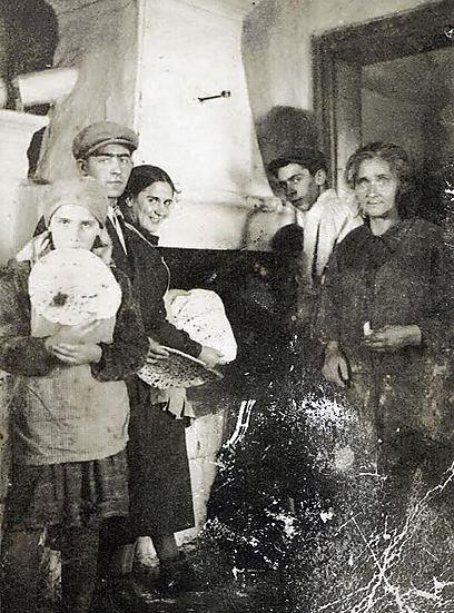 """""""לבד מהעובדה העצובה שרובם המוחלט של המצולמים בתמונות פשוט לא שרדו את השואה, יש ניסיון להציג מחדש את המסורות והמנהגים שעברו מדורי-דורות במשפחות האלו"""". אפיית מצות בבית משפחת מנטש בסולוטבינה, צ'כוסלובקיה, 1935 (צילום: יד ושם, ארכיון התצלומים) (צילום: יד ושם, ארכיון התצלומים)"""