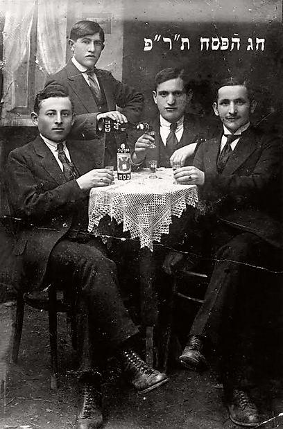 """""""לא משנה דתיים או לא, לכולם יש זיכרונות מפסח"""". כרטיס ברכה לפסח מלובומל, פולין, 1919 (צילום: יד ושם, ארכיון התצלומים) (צילום: יד ושם, ארכיון התצלומים)"""