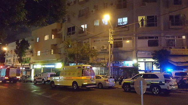 """זירת הרצח בתל-אביב, הלילה (צילום: מד""""א)"""