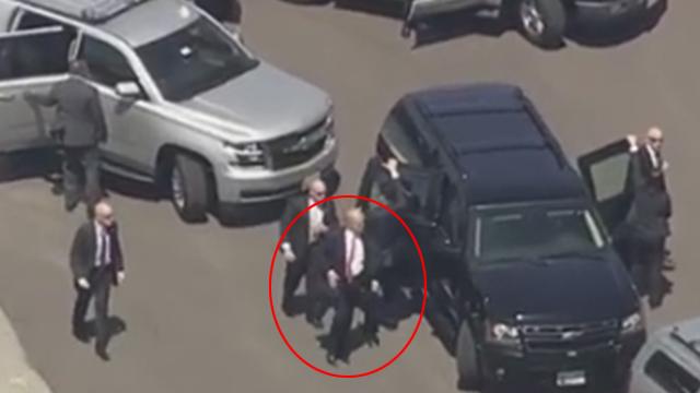 טראמפ חומק ברגל ()