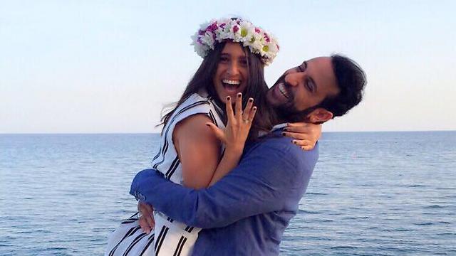 הצעת הנישואים. דודו אהרון וזוגתו ()