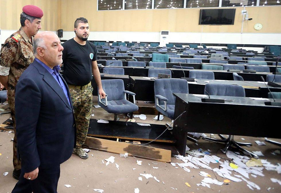 פעם נקשר שמו של הפרלמנט העיראקי במקרי אלימות קשים. נזק באולם ההצבעה בעקבות התפרעות מצד תומכיו של איש הדת מוקתדא א-סדר (צילום: EPA) (צילום: EPA)
