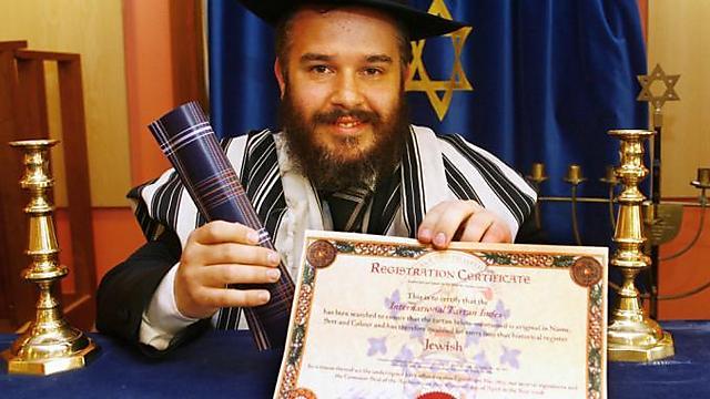 הרב מנדל ג'ייקובס עם התעודה הרשמית הסקוטית המאשרת את הטארטן היהודי ()