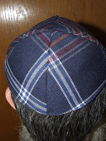 """מכיפה ועד עניבה: """"יש יהודים שאולי לא יחבשו כיפה סתם, אבל כן יחבשו כיפת טארטן"""" ()"""