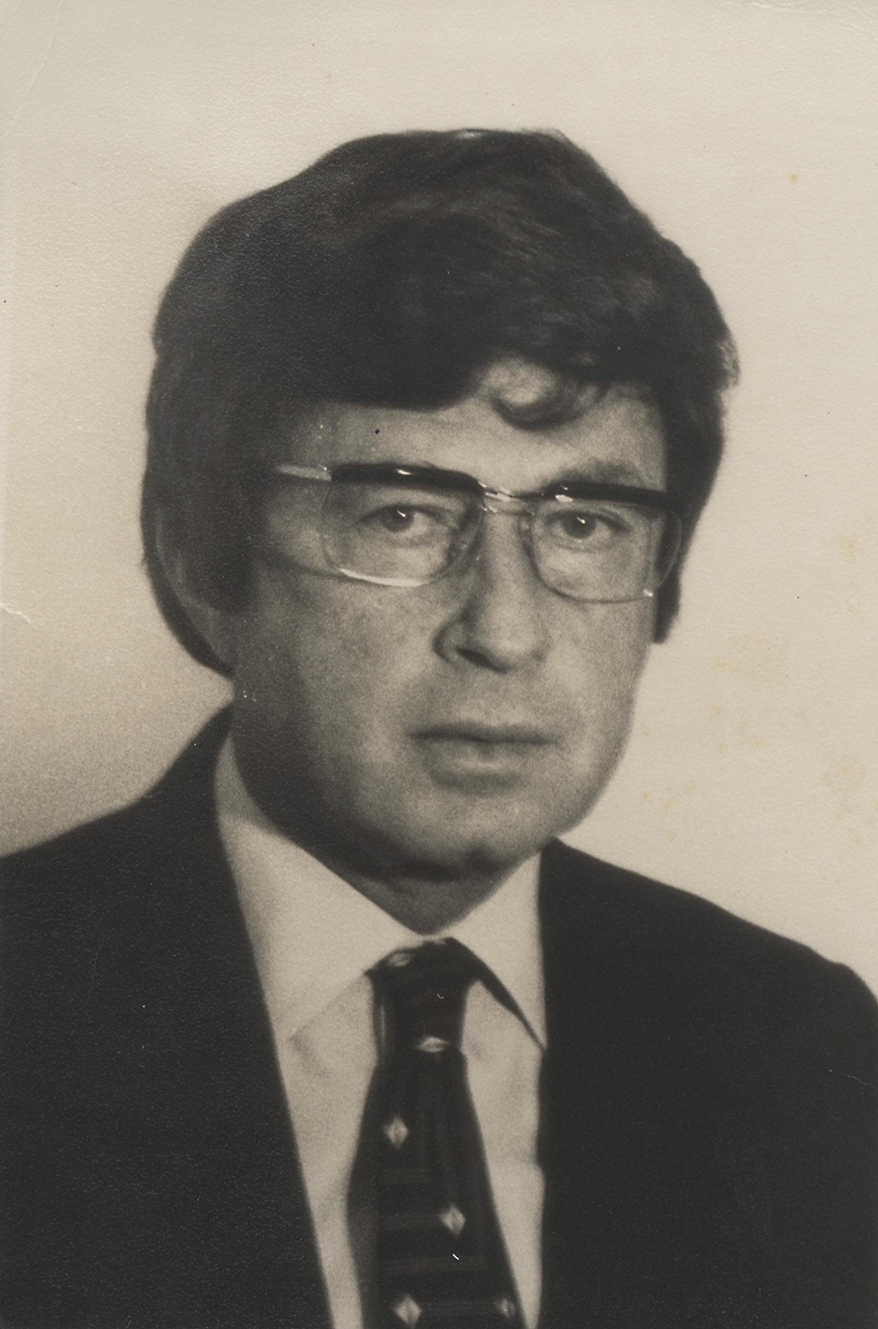 Yitzhak Rabin wearing a wig before travelling to an Arab country, 1975 (Photo: Government Press Office)