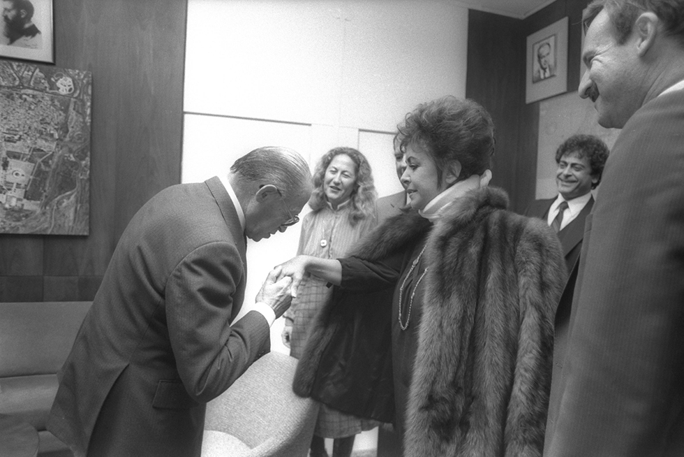 Menachem Begin kisses Elizabeth Taylor's hand, 1983 (Photo: Government Press Office)