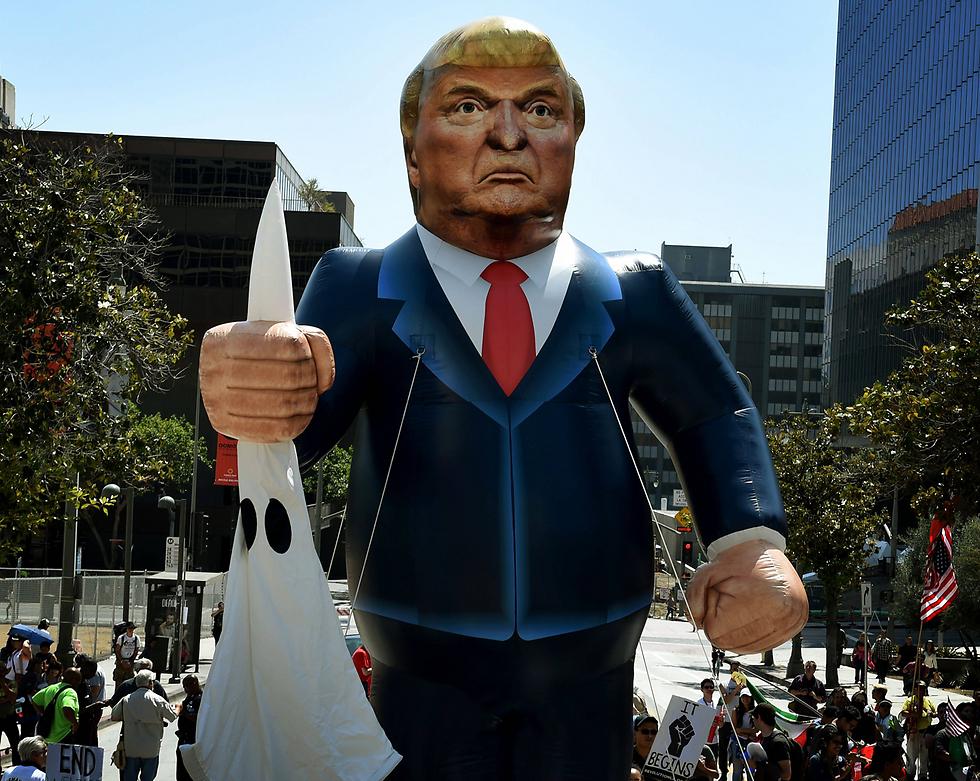 מחאה נגד טראמפ בצעדת אחד במאי בלוס אנג'לס (צילום: AFP) (צילום: AFP)