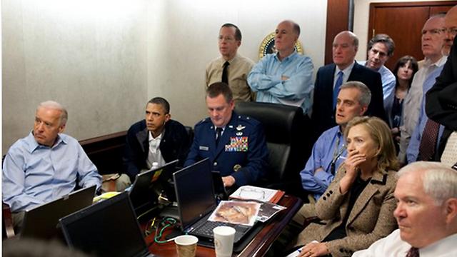בכירי ממשל אובמה צופים מהבית הלבן במבצע החיסול של בן לאדן בפקיסטן ()