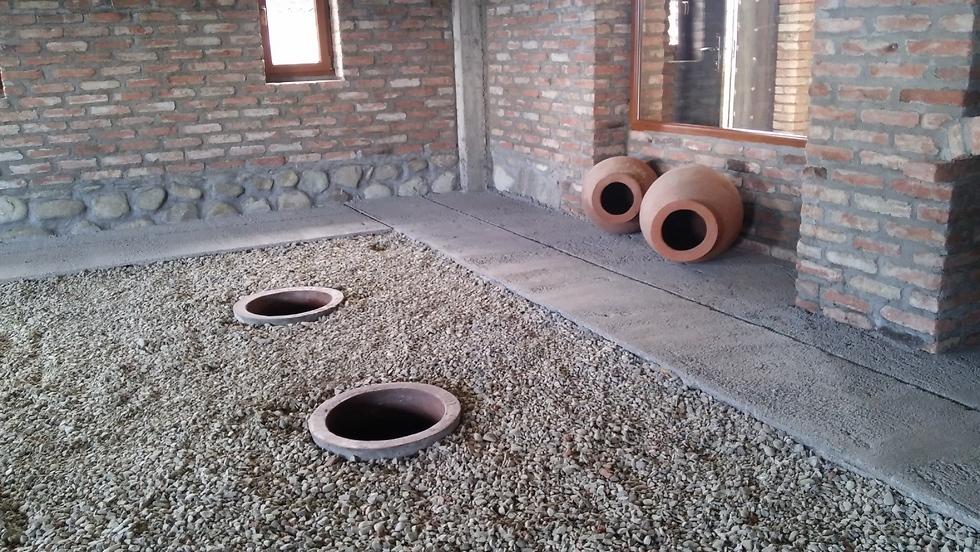 מאפסנים את היין בכדים גדולים הקבורים באדמה למשך שנים (צילום: מור אלזון) (צילום: מור אלזון)