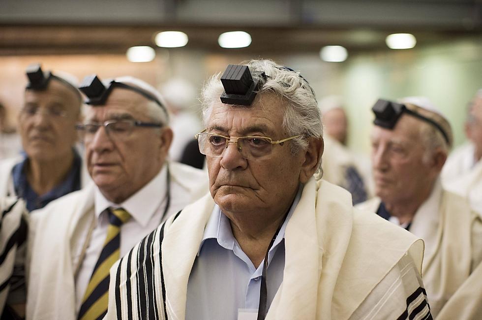 """""""עם ישראל חי, ואני אתו"""". יצחק רזניק (צילום: EPA) (צילום: EPA)"""