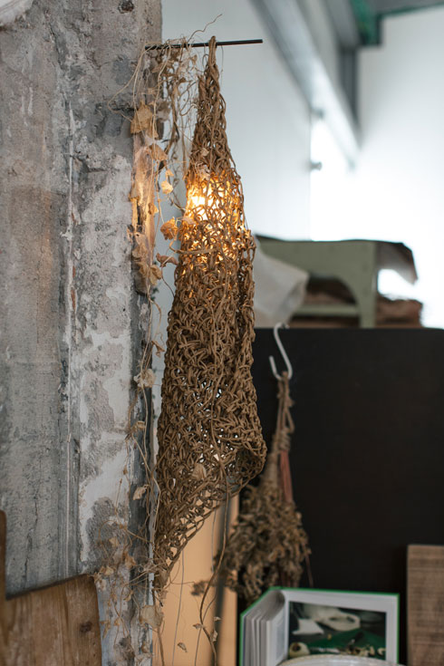 מנורה עם אהיל נייר סרוג בעבודת יד. 980 שקל (צילום: לירון זנדמן)