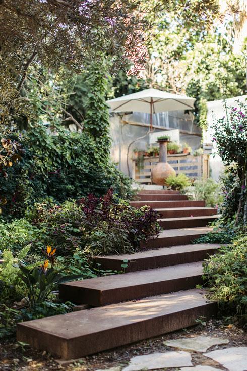 מדרגות חלודות מובילות לחנות ומרמזות על אופי המקום (צילום: לירון זנדמן)