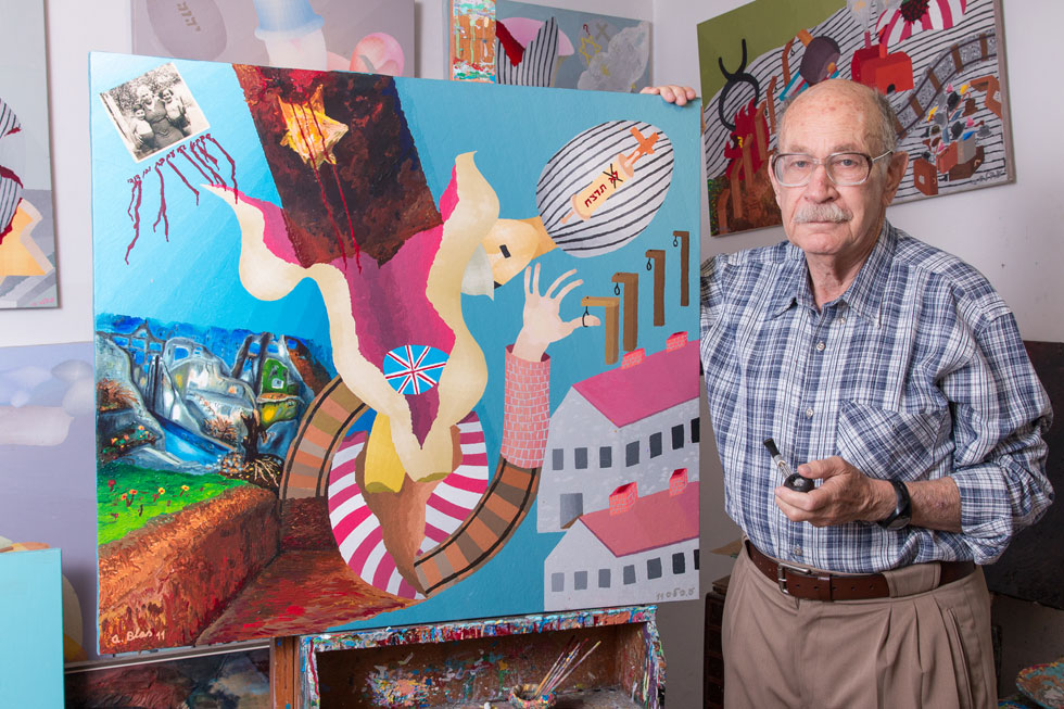 """פרופ' עמוס בלם מציג את ציוריו. """"הכיוון שלי מופשט. זה מאפשר לי לבטא את מה שעומד מאחורי הציורים באופן שהוא לא חד-משמעי""""  (צילום: ירדן מרקוס)"""