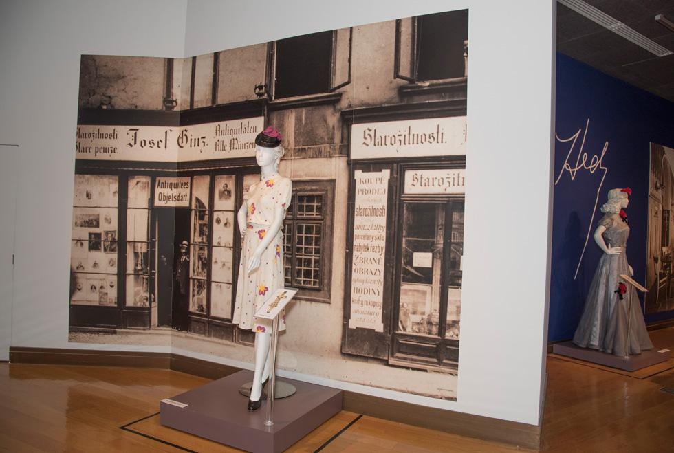 שמונה בובות דיגום הלבושות במיטב האופנה של סוף שנות ה-30 מספרות סיפור מצמרר ללא מילים. מתוך התערוכה המוצגת בניו יורק (באדיבות המוזיאון למורשת יהודית, צילום: Melanie Einzig)
