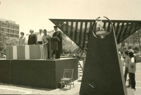 ראש העירייה שלמה (צ'יץ') להט חונך את האנדרטה, אחרי שלא הצליח להעביר אותה מכאן לפארק הירקון או לדרך נמיר (צילום: יוסף ליאור)
