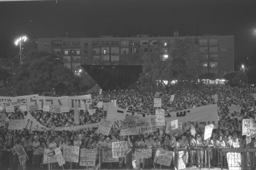 """הפגנת ''שלום עכשיו'' נגד מנחם בגין ואריאל שרון בימי מלחמת לבנון הראשונה. האנדרטה תמיד הייתה נקודת הציון למפגשים בהפגנות (צילום: נתי הרניק, לע""""מ)"""
