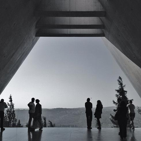 ''יד ושם'' בירושלים, בתכנון משה ספדיה. חוויה מזככת בקנה מידה עצום, ההיפך מהאנדרטה המאופקת והגיאומטרית של תומרקין (צילום: Archdaily)