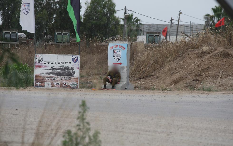 חייל תופס מחסה  (צילום: רועי עידן) (צילום: רועי עידן)