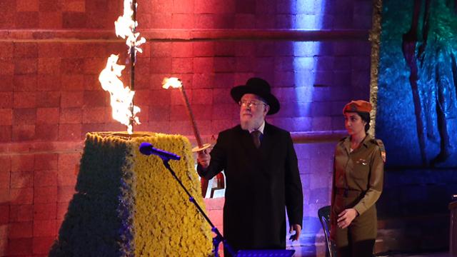 Rabbi Israel Meir Lau kindling the Memorial Torch (Photo: Gil Yohanan)