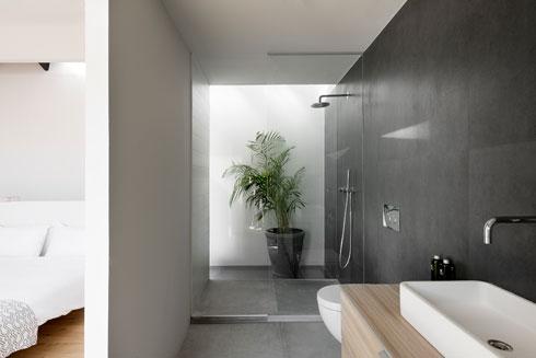 זכוכית גם בין המקלחון למסדרון האור בחלק האחורי של החדר (צילום : גדעון לוין)