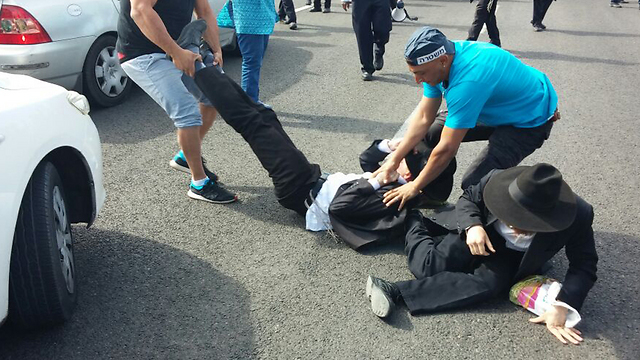 Haredi protesting a defector's arrest in Bnei Brak (Photo: Doron Cohen)