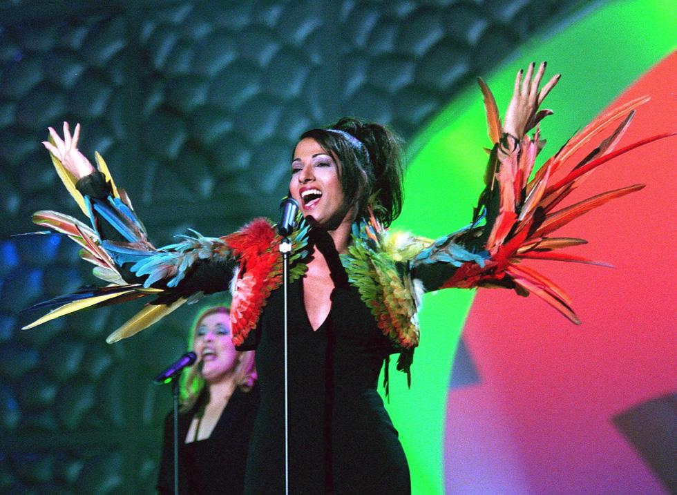 אירוויזיון 1998: דנה אינטרנשיונל כובשת את הבמה בשמלה של ז'אן פול גוטייה (צילום: EPA)