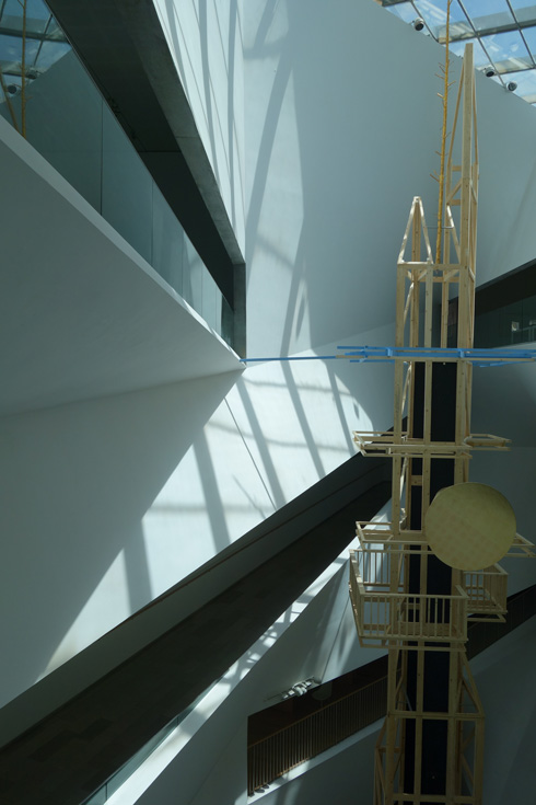 העבודה נחשפת ככל שמתקדמים ללכת במרפסות המוזיאון, ומעודדת את התנועה ברחבי החלל (צילום: מיכאל יעקובסון)