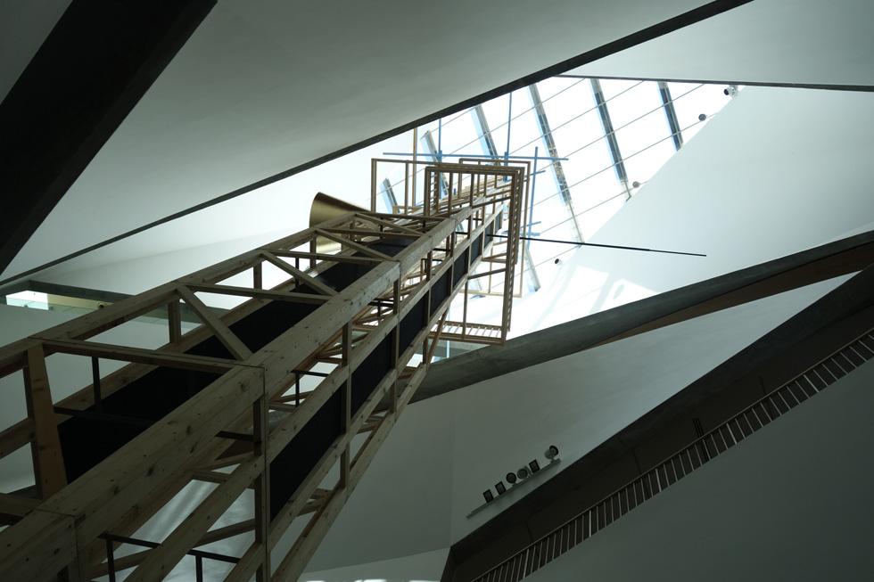 היצירה מתנשאת לגובה 24 מטרים ומפלחת את ''מפל האור'' באגף החדש של המוזיאון, מקומת המרתף עד חלון הגג (צילום: מיכאל יעקובסון)