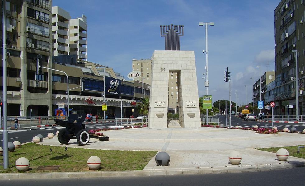 בת ים: כיכר המצבה ותותח בצידה. נוכחות של אמצעי לחימה ישנים בכל עיר ועיר, היא חלק בלתי נפרד מהחיים בישראל (צילום:  אבישי טייכר, cc)