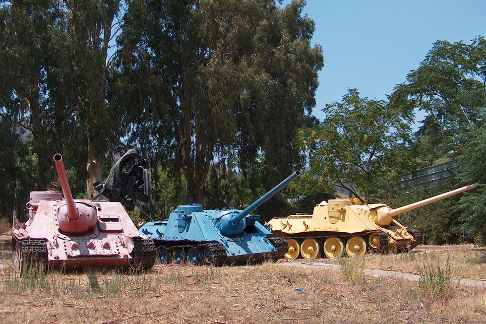 טנקים ישנים בקרית שמונה. הכל נמצא בהישג יד, וכל ילד יודע איך לטפס על טנק (צילום: מיכאל יעקובסון)