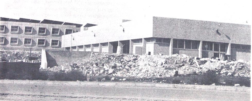 """''אקרשטיין'' בנתה לצבא יחידות בטון ''מרחביות'' - מבנים טרומיים, שאלפי חיילים הכירו מקרוב. דודי שמש על הגג העידו על מגורים; היעדר דודי שמש - משרדים (צילום: דו""""צ)"""