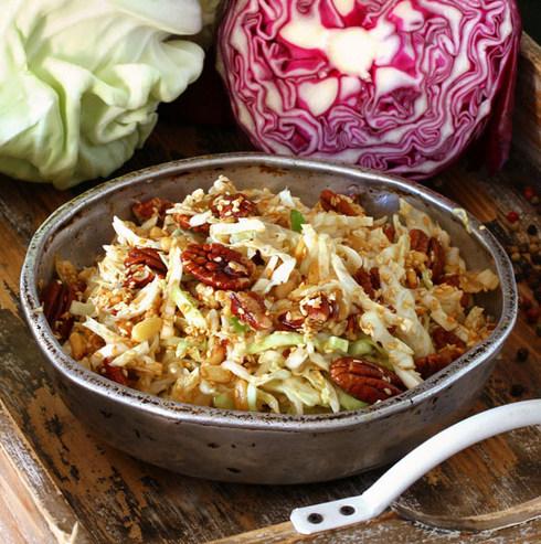 סלט כרוב סיני עם צנוברים, אגוזי פקאן ושומשום (צילום: אסנת לסטר)