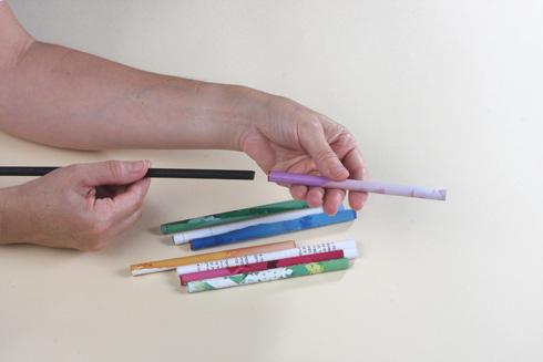 שולפים את העיפרון מהנייר המגולגל (צילום: אירית זילברמן)