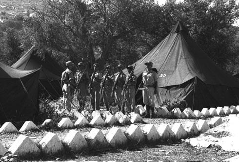 """טורים של אוהלים מקיפים את החצר הפלוגתית. באחת הפאות שלה נמצאים השירותים והמקלחות (צילום: לע""""מ)"""
