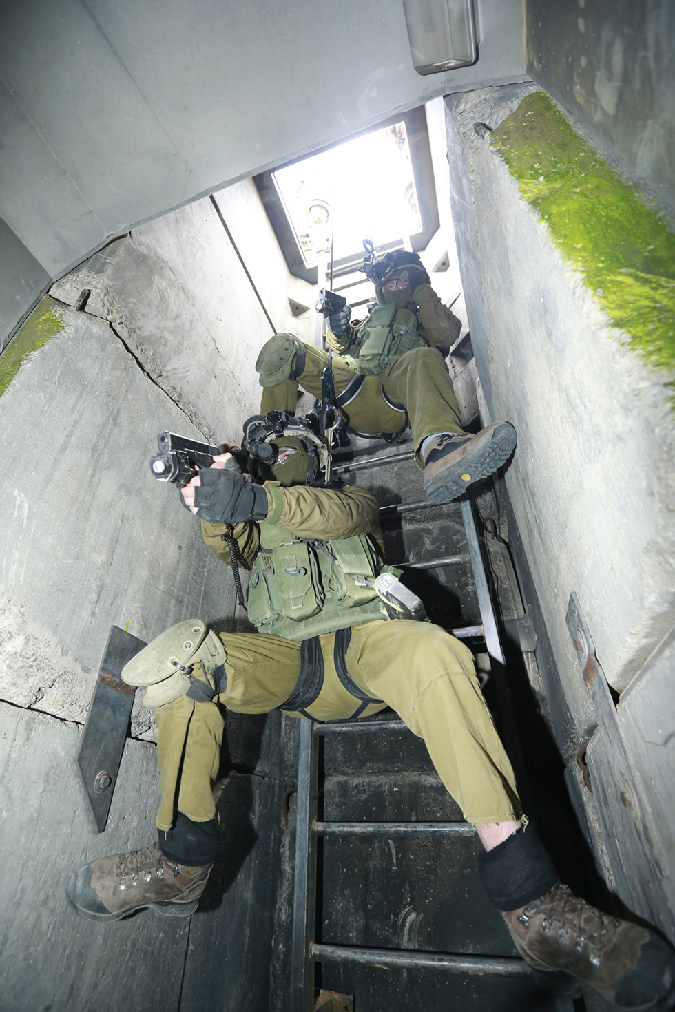 Yahalom fighters entering a mock Hamas tunnel (Photo: Gadi Gabalo)