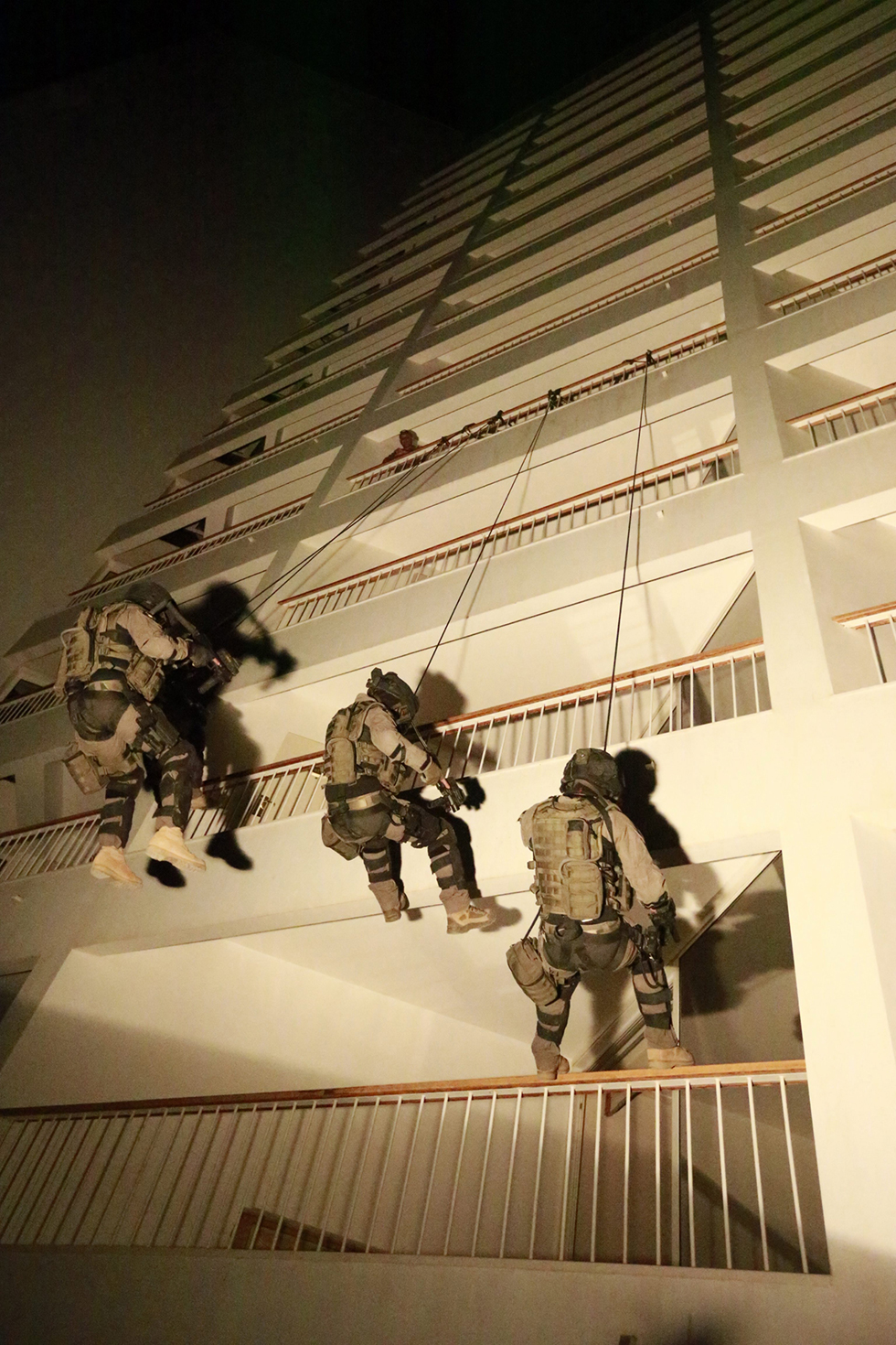 Lotar soldiers storm a hotel (Photo: Gadi Gabalo)