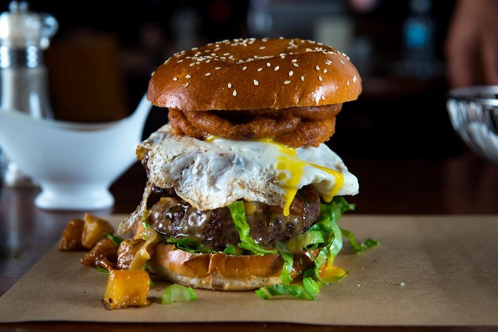 """המבורגר של """"דיקסי"""": גם ארוחות בוקר בשעות לא שיגרתיות (צילום: ירון ברנר) (צילום: ירון ברנר)"""