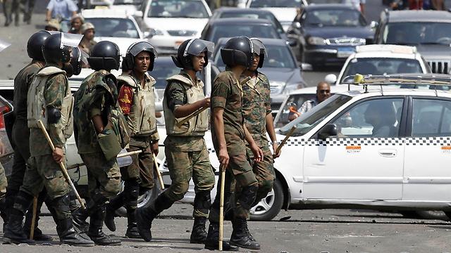 חיילים מצרים ליד השגרירות בקהיר. מסוף 2016 השגריר נמצא בארץ (צילום: רויטרס) (צילום: רויטרס)