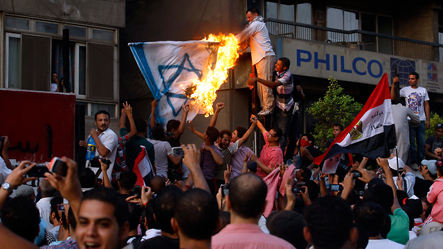 שורפים דגלי ישראל בקהיר ב-2011. הדיפלומטים לא יוצאים מבתיהם (צילום: רויטרס) (צילום: רויטרס)
